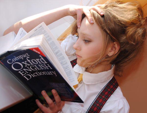 英語学習をしている女の子